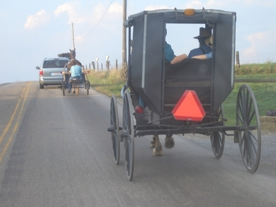 Ohio_amish_buggy_holmes_county_road